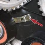 Также демонтируем и сам натяжной ролик, так как он подлежит обязательной замене