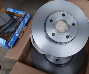 Замена передних тормозных дисков Ford Focus 2